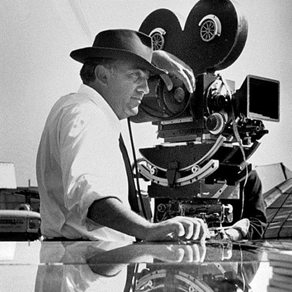 Federico Fellini durante le riprese di un suo film