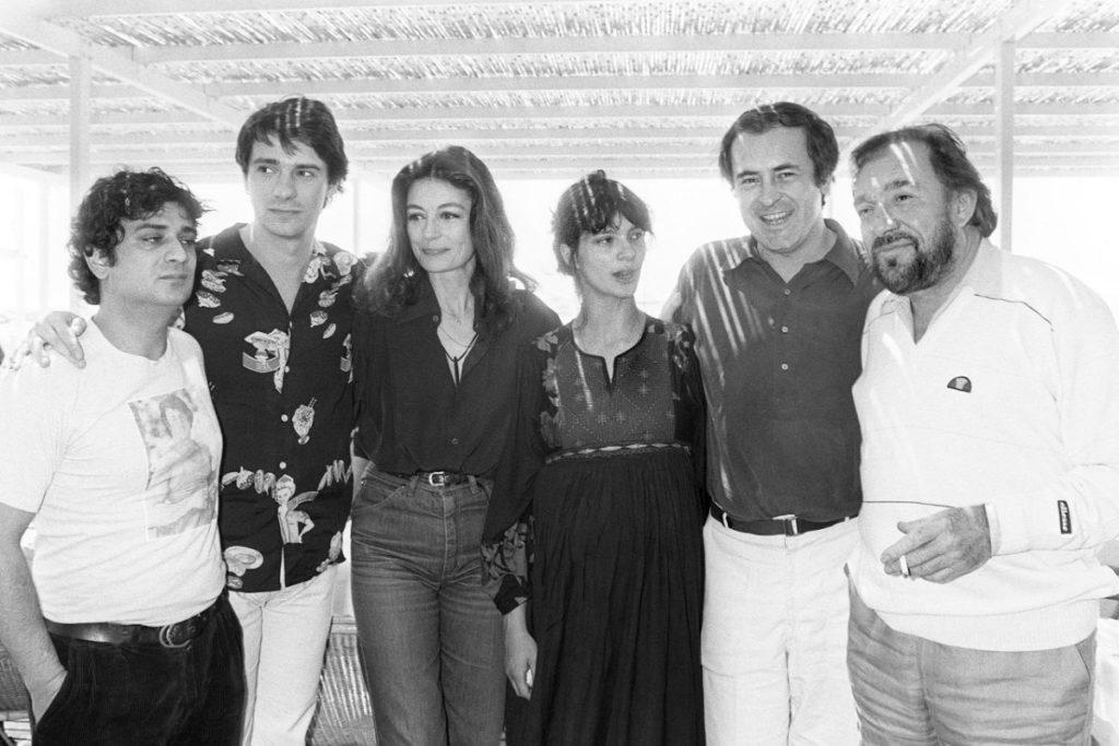 """Laura Morante vicino a Bernardo Bertolucci a Cannes, nel 1981, alla presentazione de """"La tragedia di un uomo ridicolo"""". Da sinistra: Victor Cavallo, Ricky Tognazzi, Anouk Aimée, la Morante, Bertolucci e Ugo Tognazzi"""